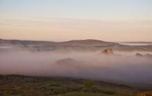 Paysage des Monts d'Arrées dans le brouillard depuis le Roc Trédudon