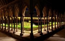 Le cloître de l'abbaye du Mont-Saint Michel en nocturne